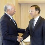 PUTRAJAYA, 7 Okt -- Perdana Menteri, Datuk Seri Najib Tun Razak bersalaman dengan Yang Jie Chi (kanan) ketika menerima kunjungan Anggota Dewan Negara China itu di pejabatnya di Kementerian Kewangan di sini hari ini.--fotoBERNAMA (2014) HAKCIPTA TERPELIHARA